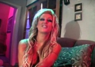 Blond sexy adult movie star got her pussy serviced